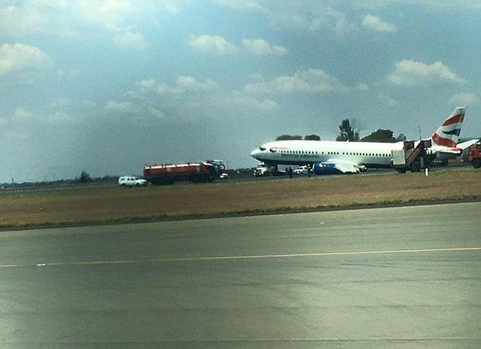 Cамолет завалился на бок во время посадки в Аэропорту Йоханнесбурга (4 фото)