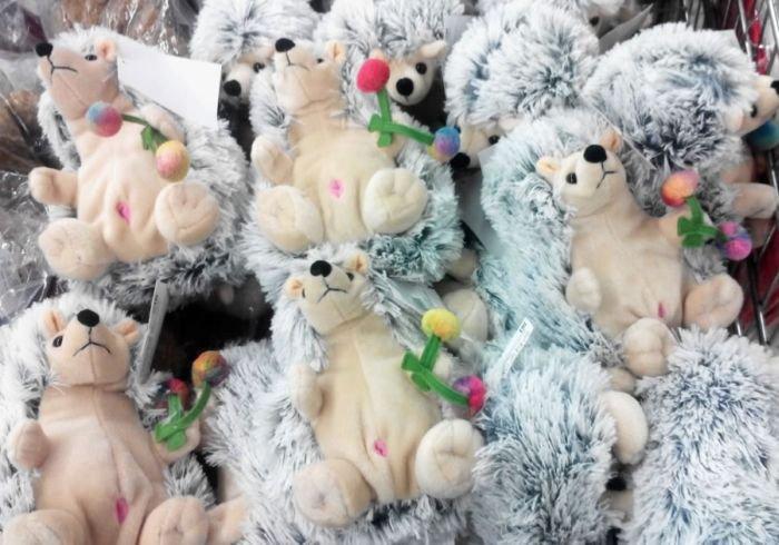 Игрушки-ежики с непонятными розовыми дырочками (2 фото)
