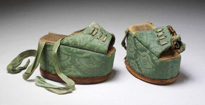 Средневековая обувь на платформе (14 фото)