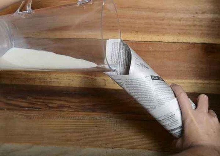 Раскрыт cекрет эффектного фокуса с кувшином молока и бумажным конвертом (2 фото)