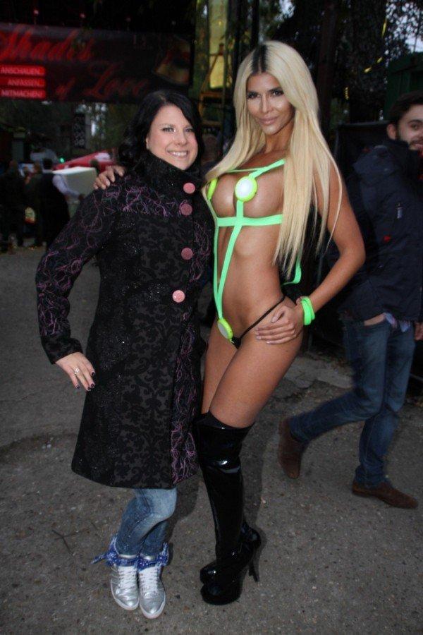 Новый откровенный наряд на одной из вечеринок продемонстрировала  модель Микаэла Шефер (18 фото)