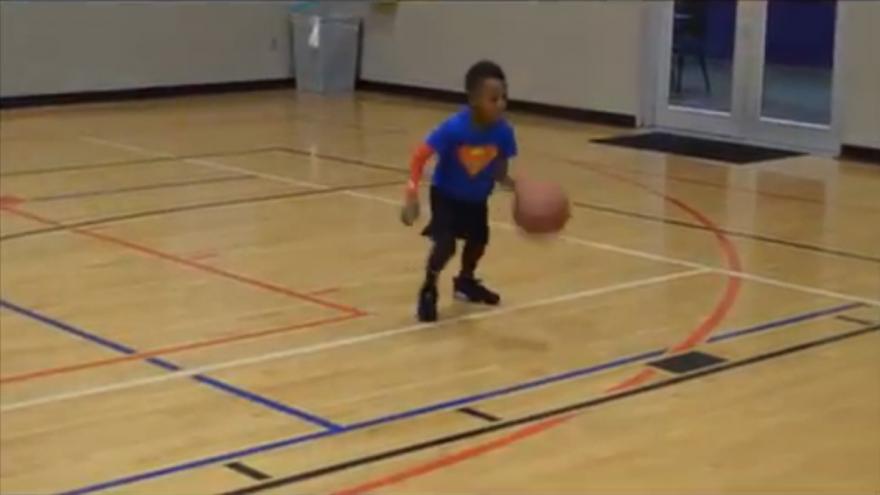 Юный баскетболист показывает мастерство владения мячом