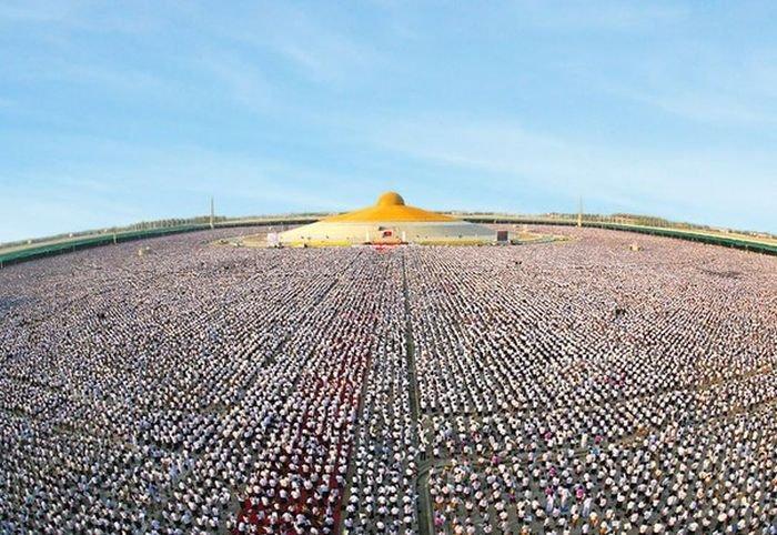 Тайские школьники собрались вместе, чтобы медитировать за мир во всем мире (4 фото)