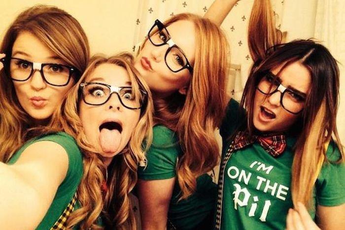 Фотографии с веселыми девушками