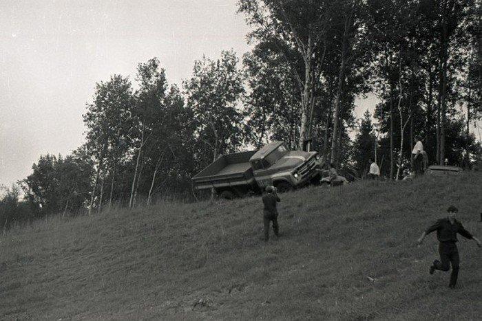 Краш-тесты советского грузовика ЗИЛ-130 (20 фото)
