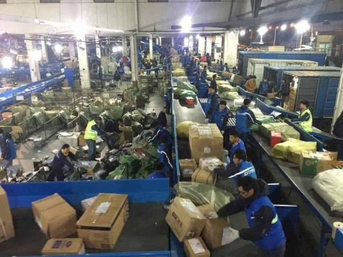 Что происходит на китайской почте во всемирный день шопинга (11 фото)