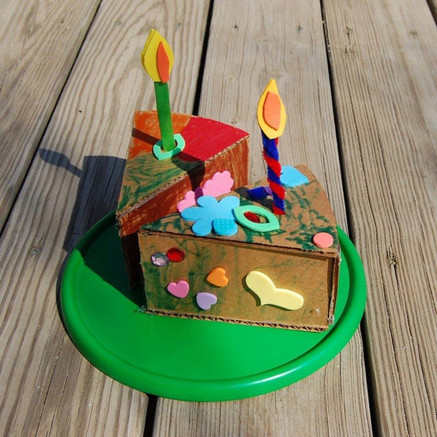 Интересные идеи как сделать из обыкновенного картона оригинальные игрушки для детей (20 фото)