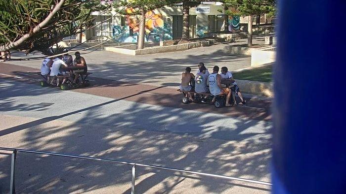 Разыскиваются парни, которые катались на моторизованных столах для пикника (3 фото)