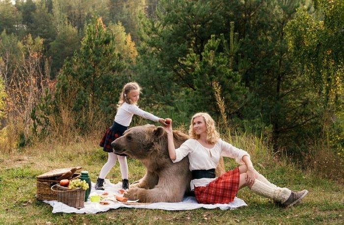 Пикник с медведем шокировал зарубежные СМИ