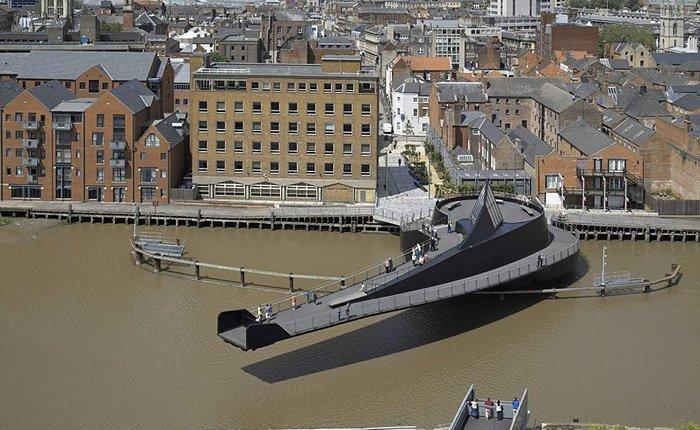 Необычный разводной мост в Англии на котором можно покататься