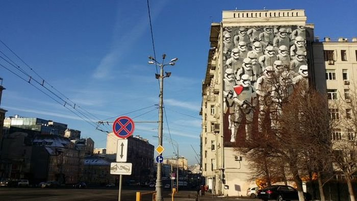 На стене дома появилось граффити с имперскими штурмовиками из «Звёздных войн» (4 фото)