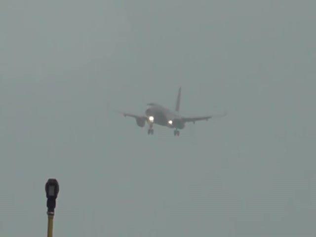Самолет завис в воздухе из-за сильного ветра