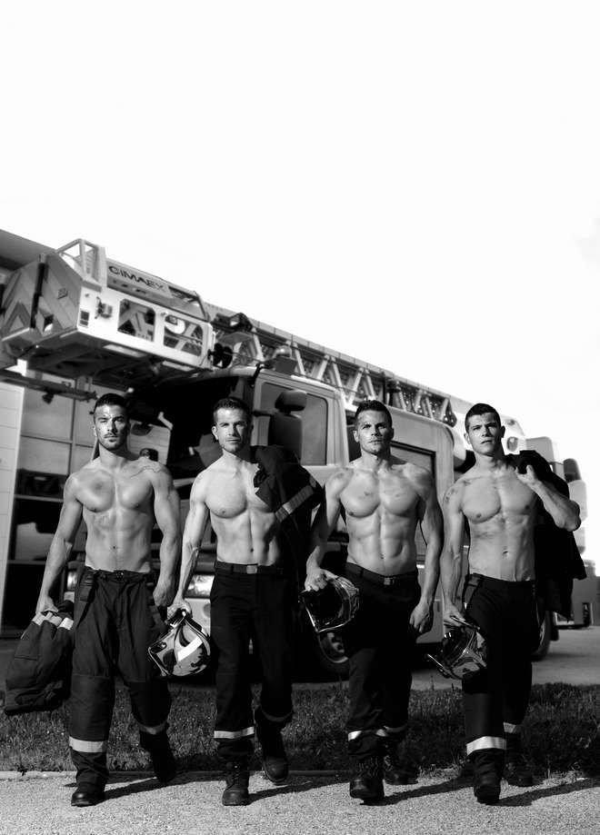 Cамый горячий календарь 2016 года выпустили французские пожарные