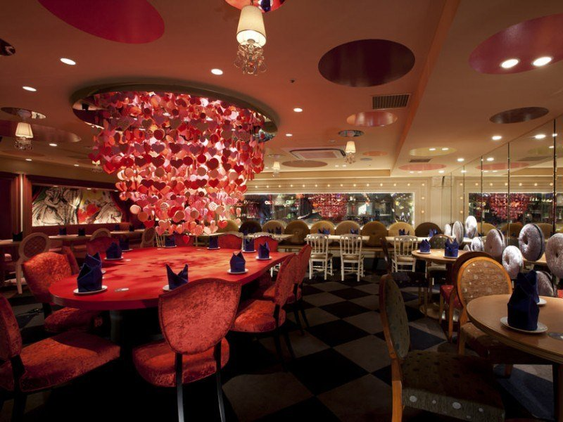 Ресторан в Японии в стиле «Алиса в стране чудес»