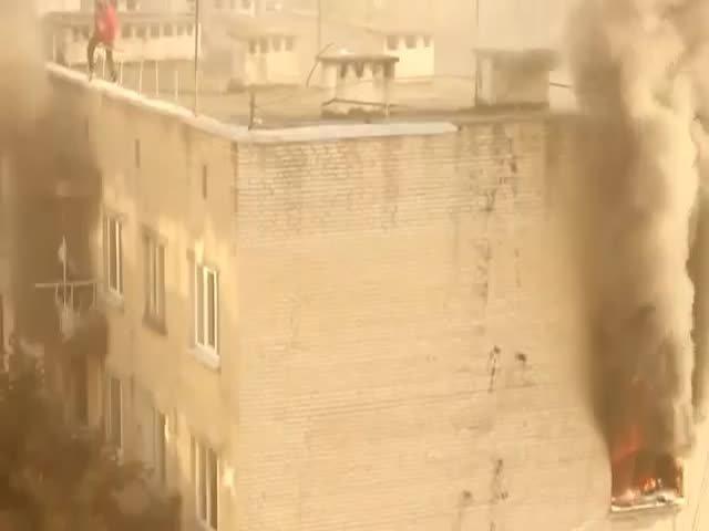 Во время пожара парень спас ребенка