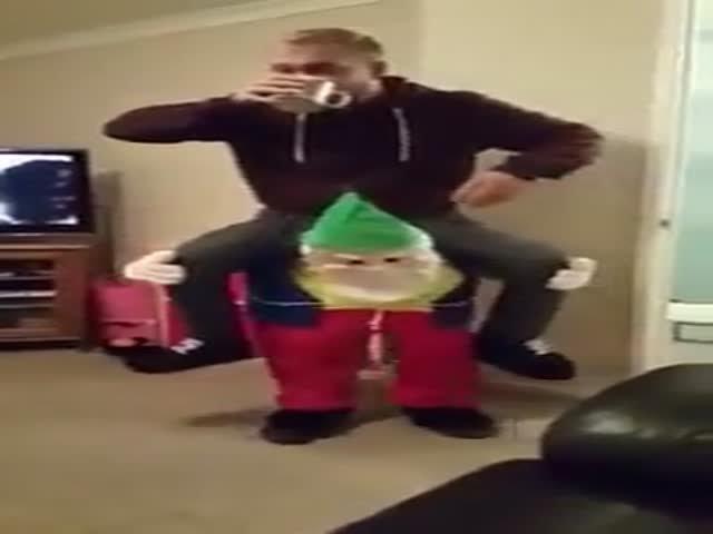 Забавный костюм на Рождество (видео)
