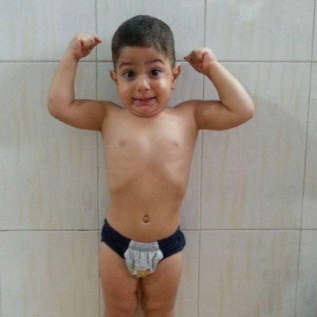 Двухлетний гимнаст покорил всех своими трюками