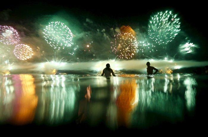 Пляж Копакабана в новогоднюю ночь (10 фото)