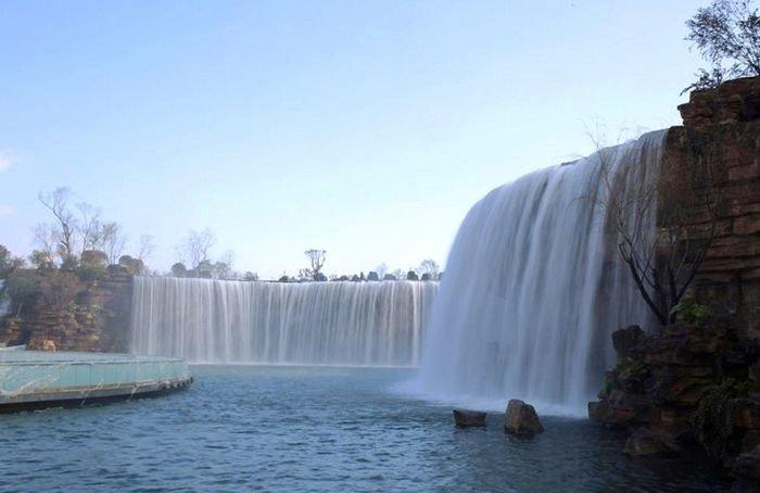 Красивый искуственный водопад в Китае (5 фото)