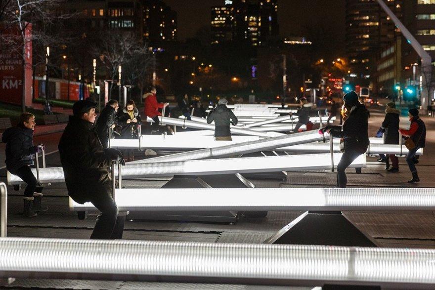 Интерактивные качели на улицах Монреаля