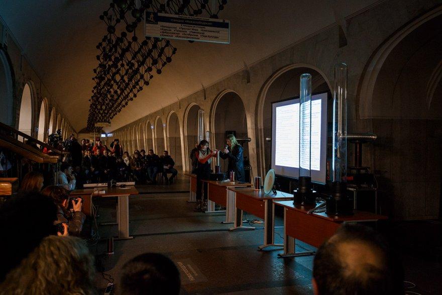 Много электричества на станции «Менделеевская» в Москве