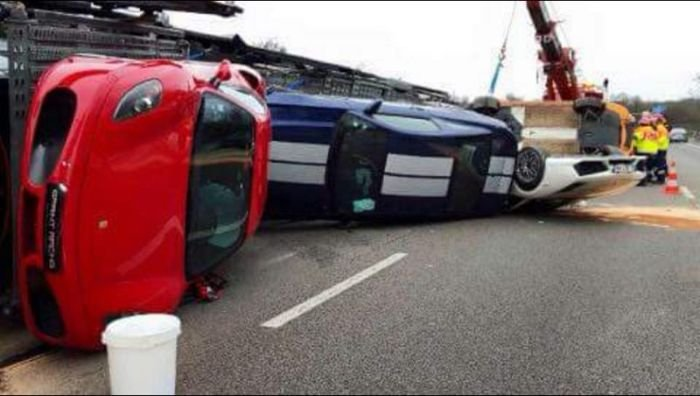 9 дорогих спорткаров опрокинул  водитель автовоза (9 фото)