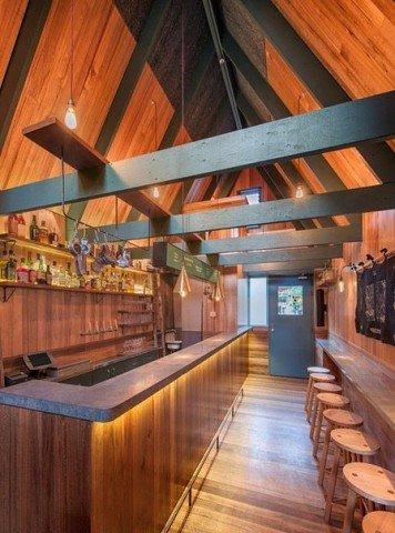 Необычный узкий бар Pink Moon Saloon