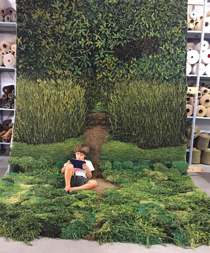 Художник создает для пола настоящие лесные поляны