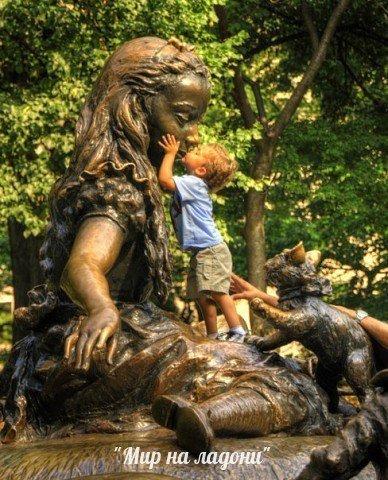 Забавные фотографии детей и памятников