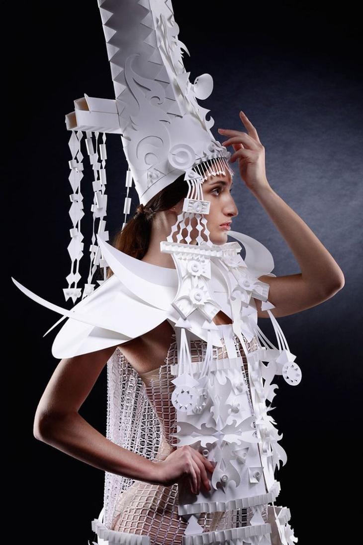 Художница создает потрясающие бумажные парики в стиле барокко