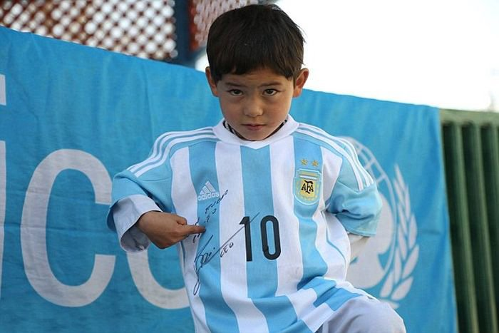 Маленький мальчик в футболке из полиэтиленовых пакетов получил футболки от Лионеля Месси (7 фото)