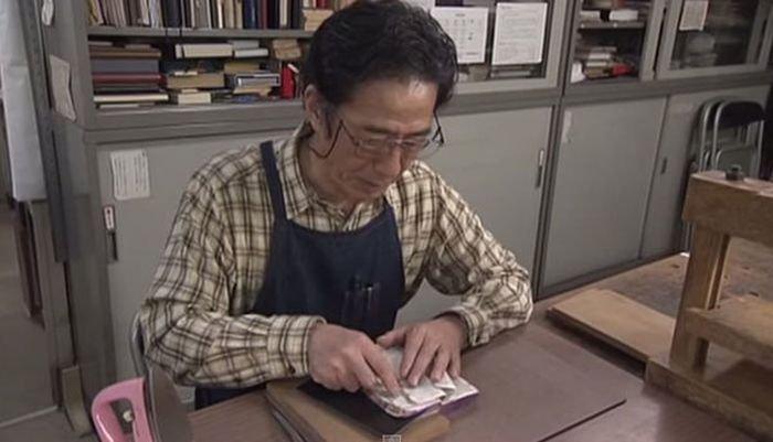 Японец Нобуо Окано реставрирует старые книги (14 фото)