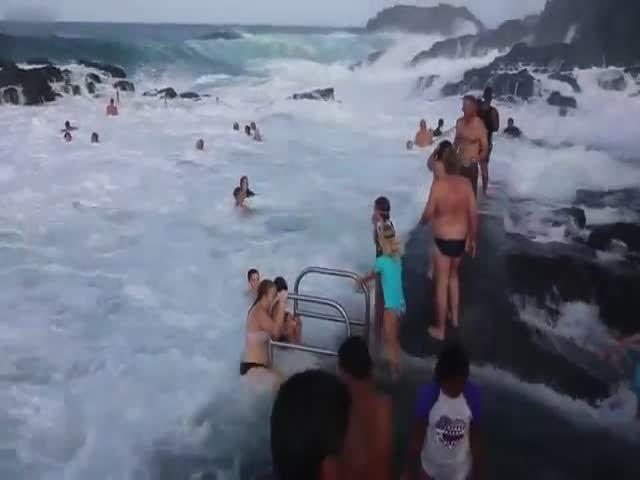 Интересное развлечение австралийцев в естественном бассейне