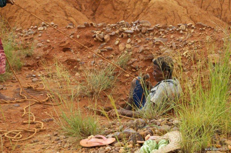 Как на Мадагаскаре добывают и продают нелегальные драгоценные камни