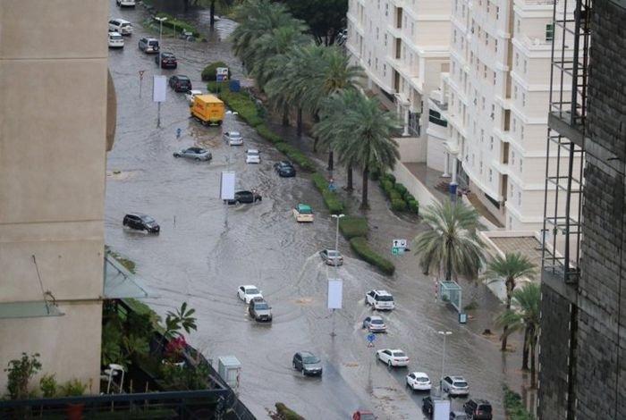 Последствия от урагана обрушевшегося на Абу-Даби и Дубай (10 фото)