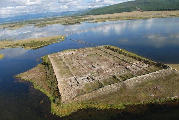 Уникальная древняя крепость посреди озера