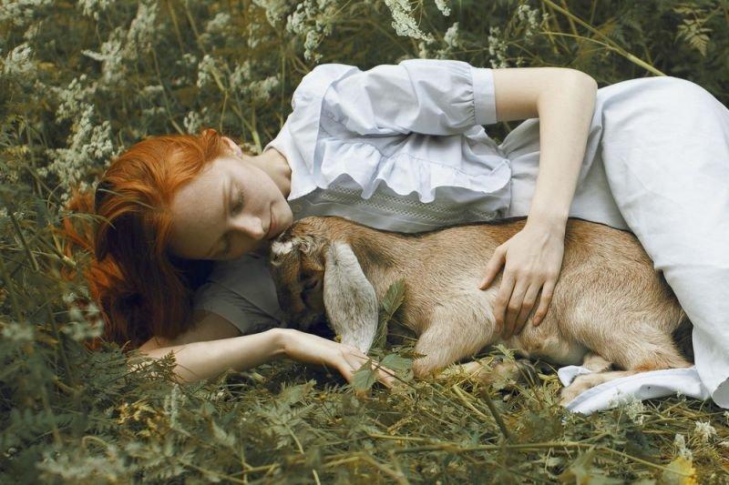 Красивые девушки и дикие животные (13 фото)