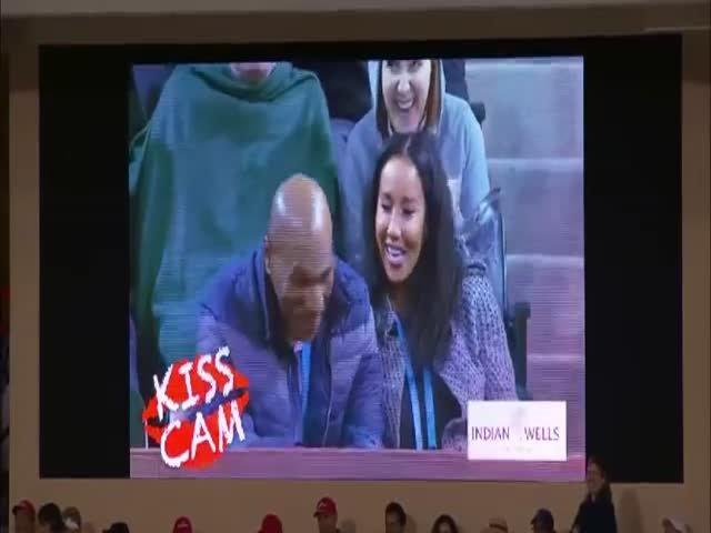 Майк Тайсон смутился, попав в объектив «Камеры поцелуев»
