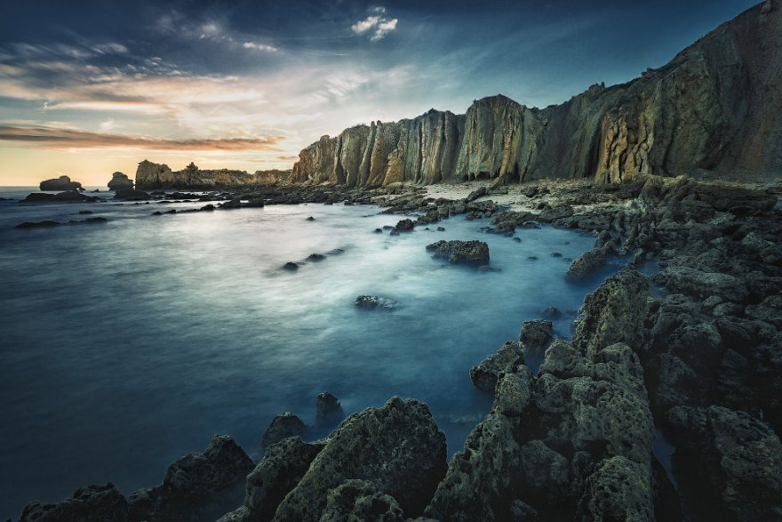 Cолнечный Алгарве или серых туч океан