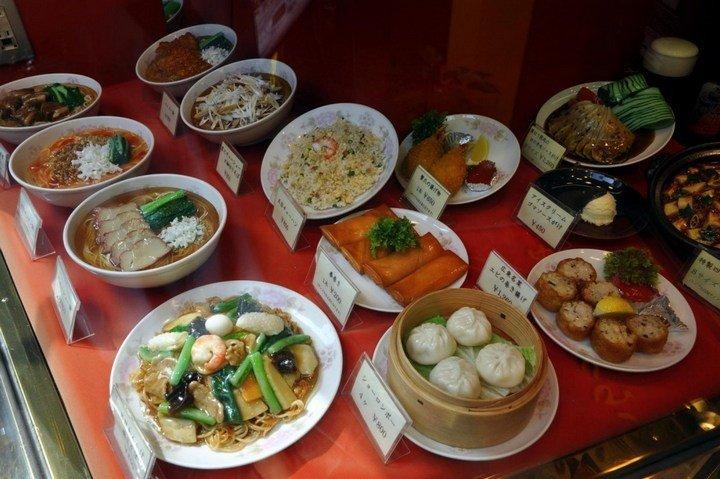 Необычные искусственные блюда на витринах общепита в Японии