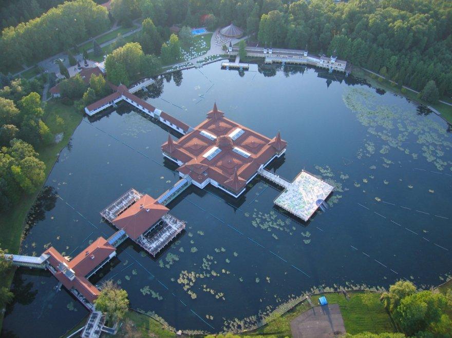 Большое термальное озеро в Европе