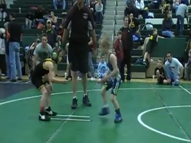 Маленький борец быстро расправляется со своими оппонентами