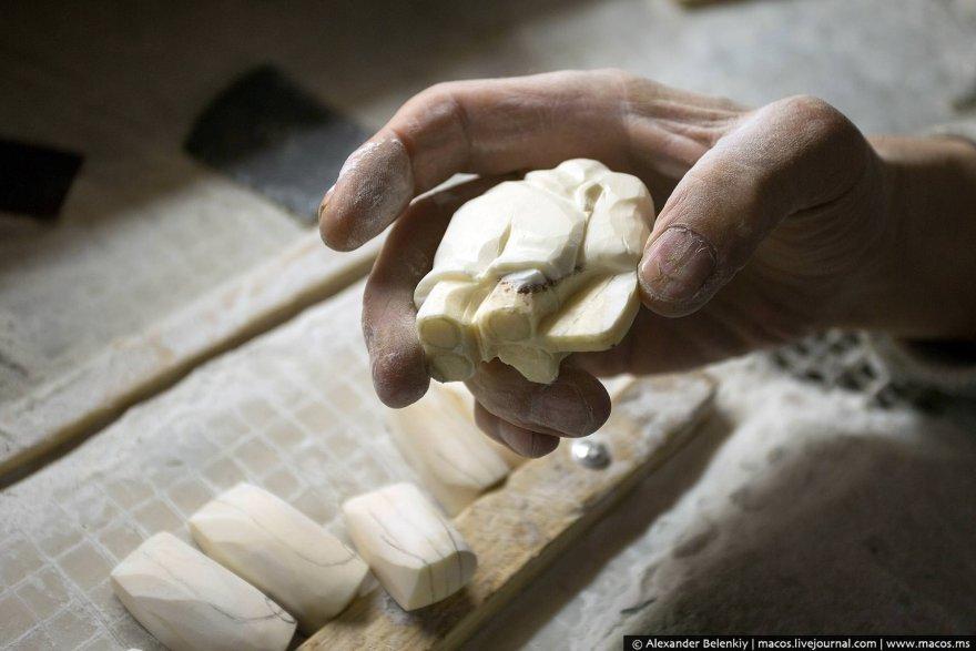 Как делают сувениры из бивня моржа