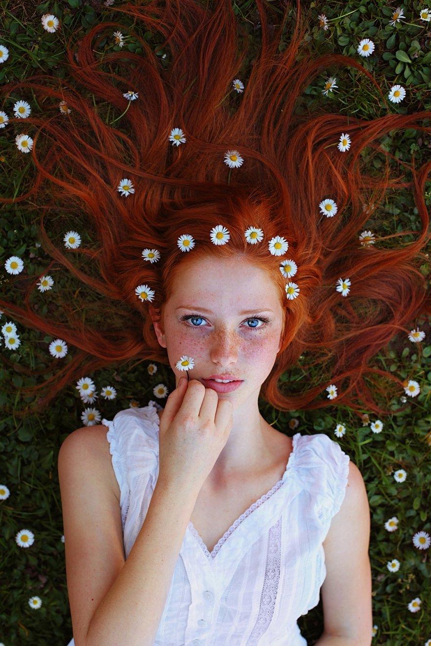 Девушки с коронами из цветов (6 фото)