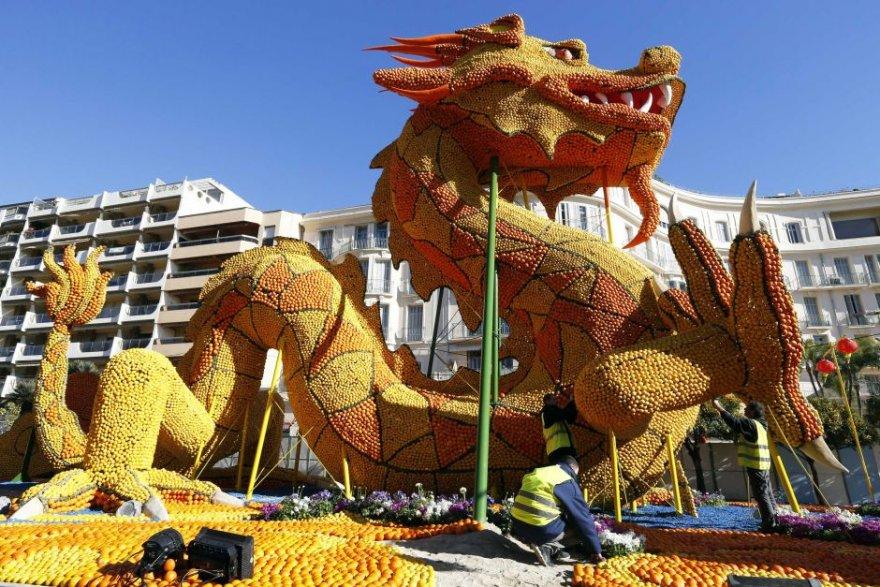 Лимонные и апельсиновые скульптуры на фестивале во Франции