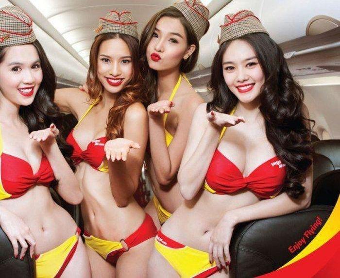 Стюардессы во Вьетнаме вышли на рейс в бикини (12 фото)
