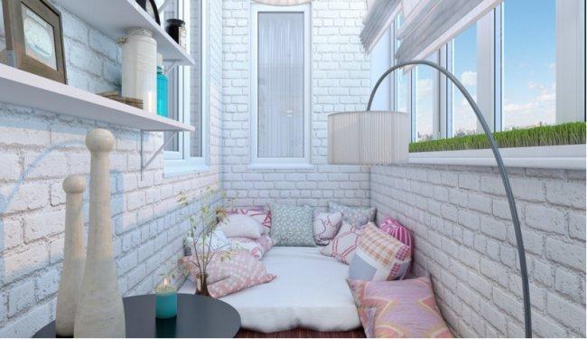 Маленький балкон можно превратить в уютное место для отдыха