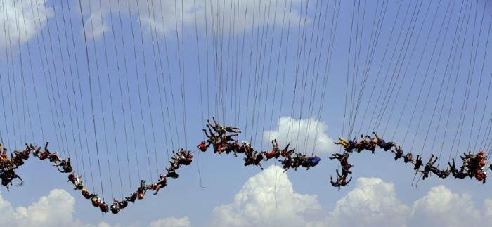 Экстремалы попытались совершить самый массовый прыжок в роупдажмпинге (8 фото)
