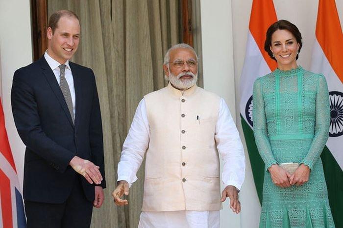 Момент рукопожатия принца Уильяма и премьер-министра Индии Нарендра Моди (3 фото)
