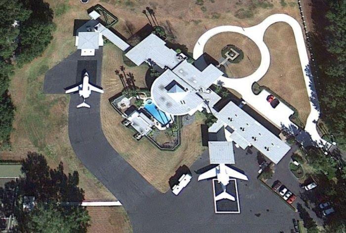 Необычный дом с самолетами Джона Траволты (13 фото)